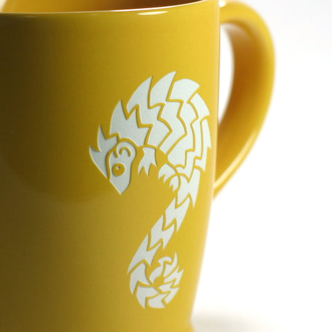 yellow gold pangolin mug sandblasting detail
