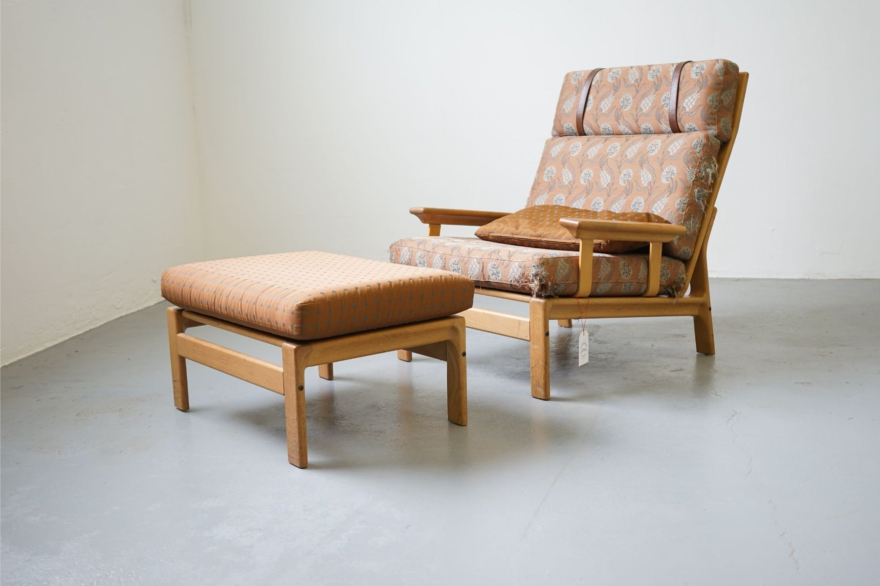Mid Century Lounge Chair With Footstool Made With Oak - (D572)