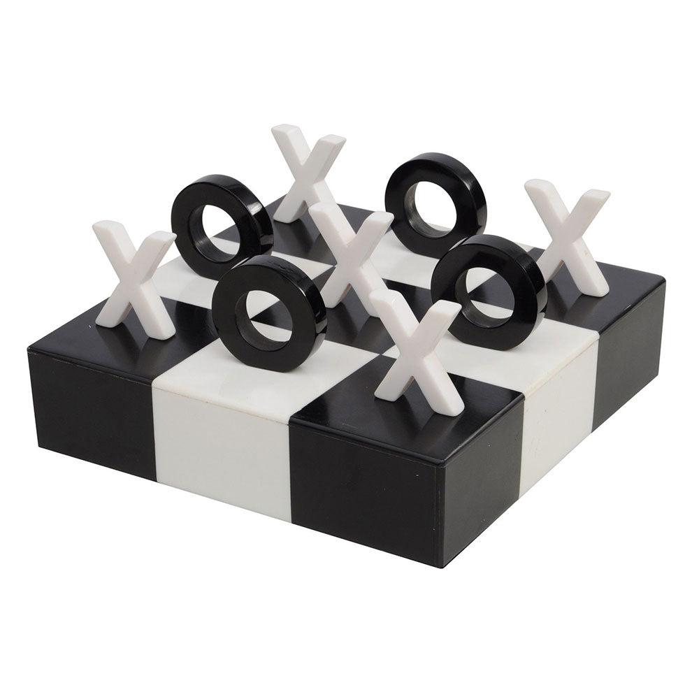 Black and white board with noughts and crosses pieces stood on their end in 3D play