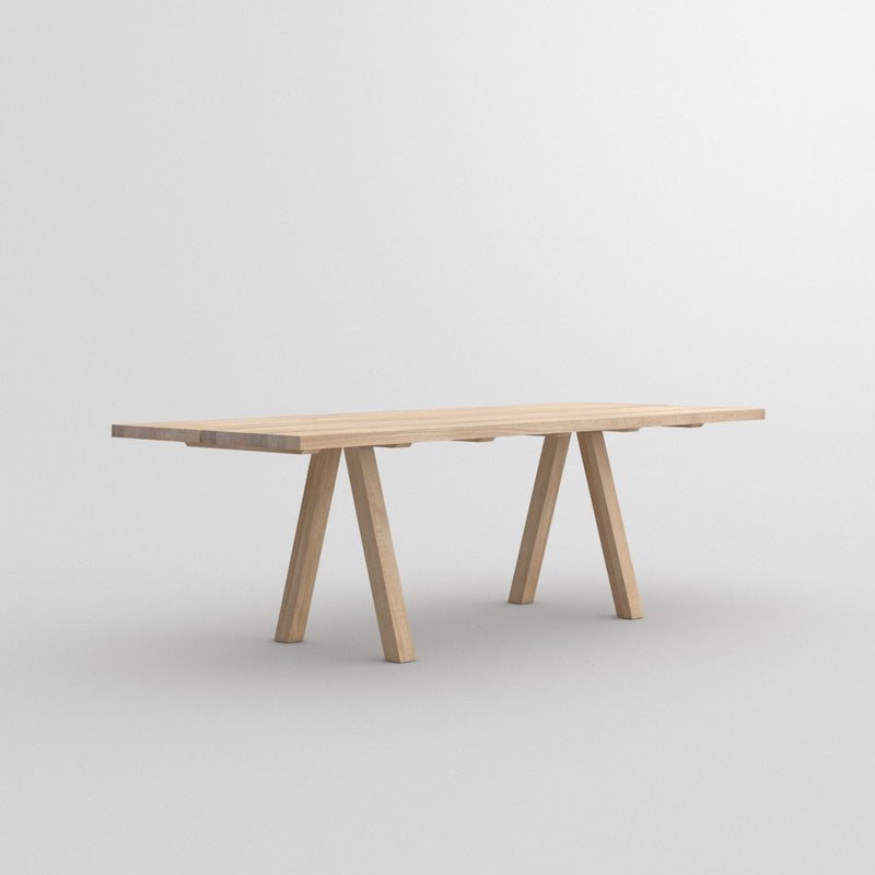 Facile dining table in oak ,front view of legs