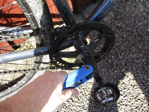 Tightening a bicycle crankset