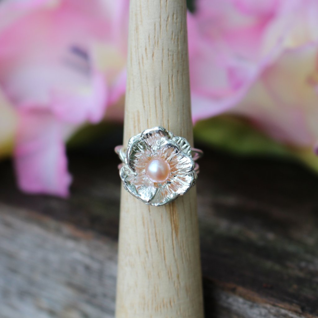 Poppy ring with pearl