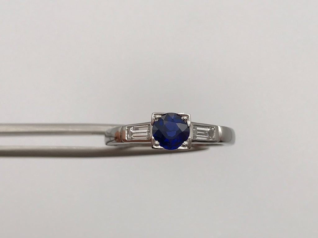 Pt950 blue sapphire ring with baguette diamond shoulders - Pre-loved