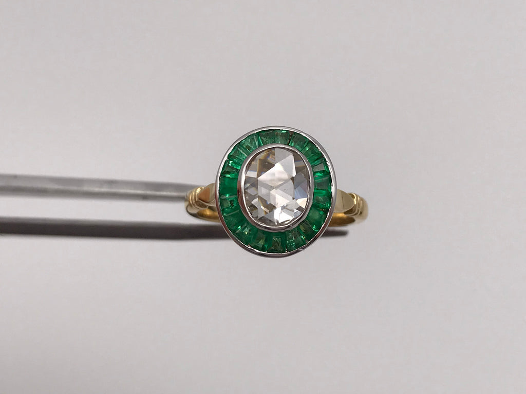 18k yellow gold rose-cut diamond and calibre emerald halo/target ring - Pre-loved