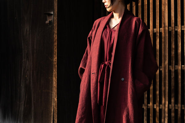 キモノフク 紗のボルドードレスとYANTOR Linenwool Slit Coat Red | new arrivals & how to style