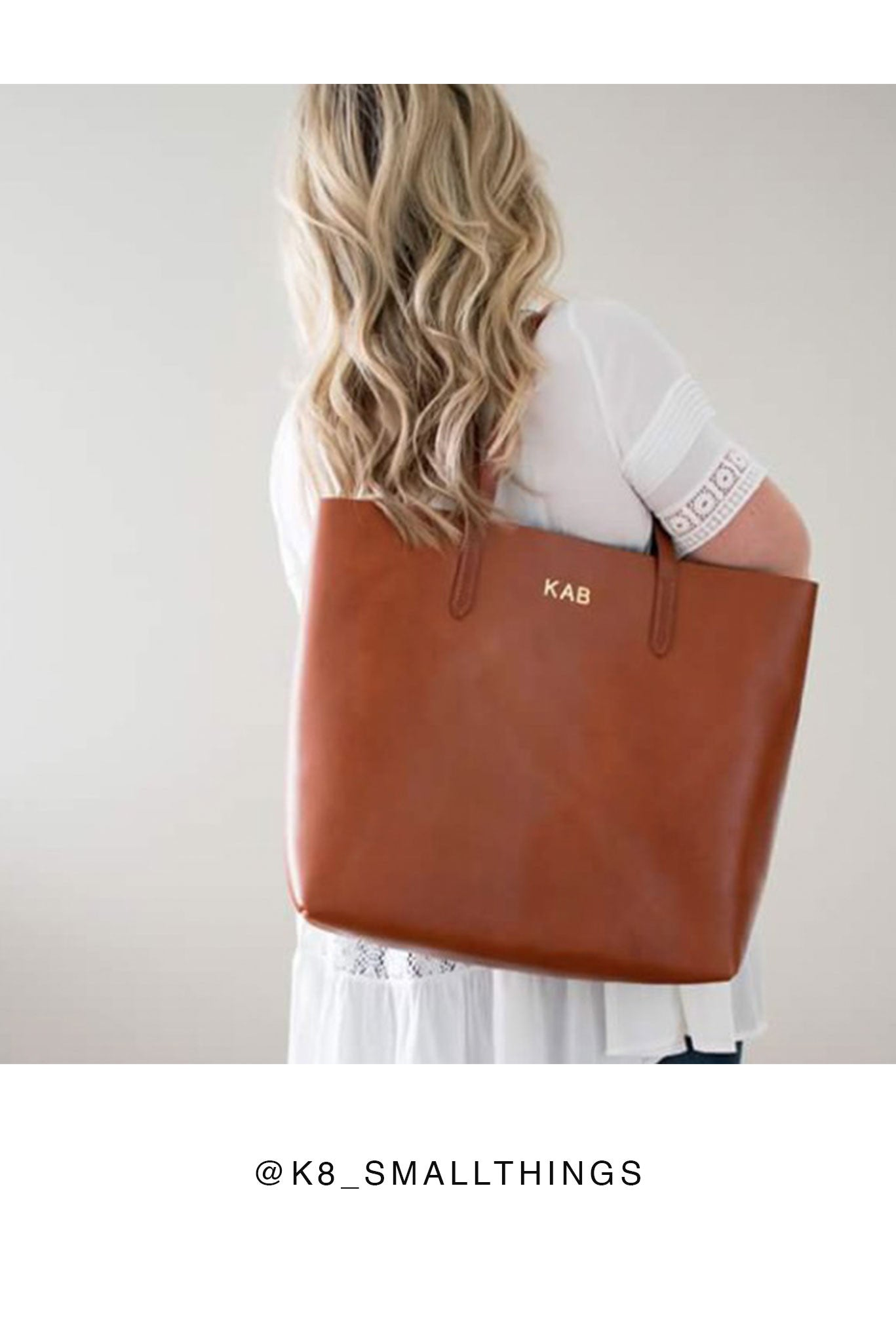 FOTO | The Highland Leather Tote - Chestnut - a genuine leather tote in chestnut brown vegetable tanned leather can be personalized with gold foil initials, making it the perfect personalized gift.