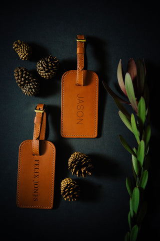 FOTO | Cognac Leather Luggage Tag for him - genuine leather luggage tag that can be personalized with gold foil initials, a monogram or business logo making it the perfect personalized travel gift.