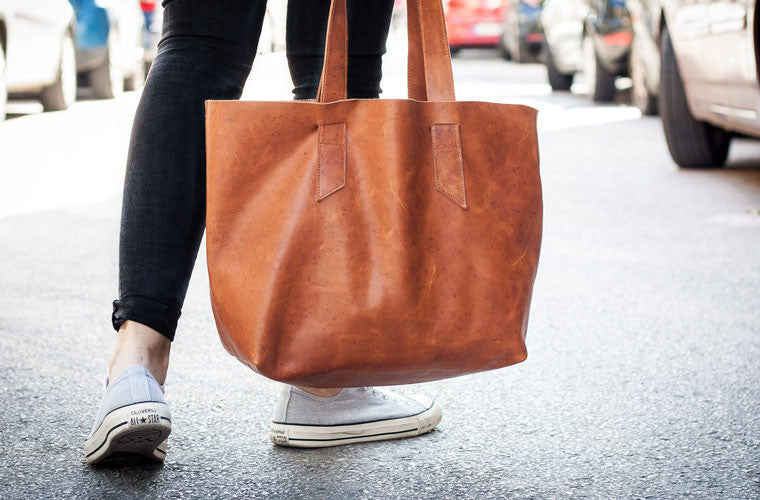 The Calisto tote bag in brown leather close shot by milloo