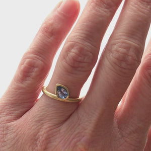 Cornflower blue sapphire 18ct gold contemporary ring (RTB) Size L