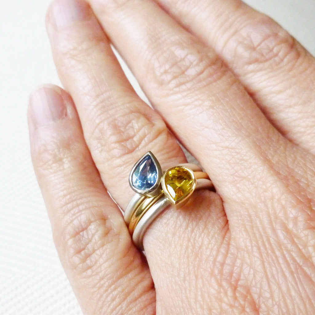 Silver, 18ct gold and cornflower blue sapphire ring (nr15)