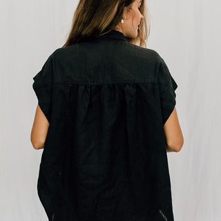 short sleeve pocket blouse in black 100% linen one size loose fit casual chic women's top button up day to night look essential piece wings hawaii