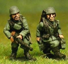 GER5 German 1940-1944: LMG Crew advancing: two gunners, two loaders and two NCOs