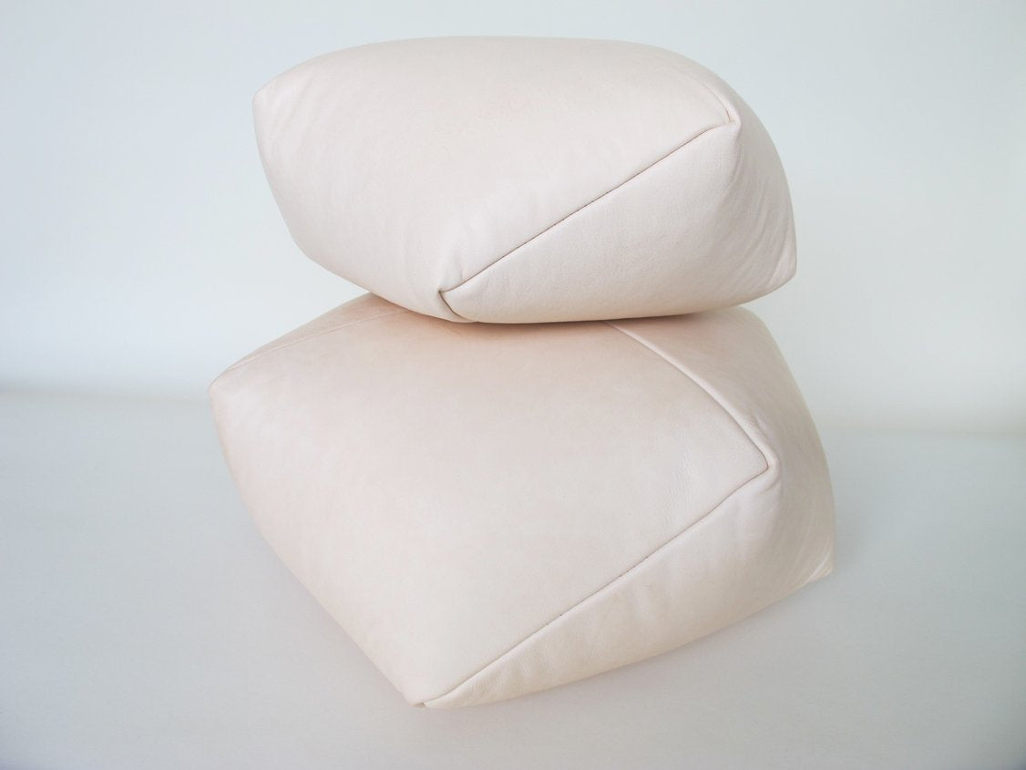 DUMPLING CUSHION in nude leather, med
