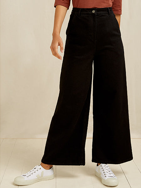 These high rise, structured trousers feature front pockets, belt loops and wide cropped legs. Made from 98% GOTS certified organic cotton with 2% Elastane.