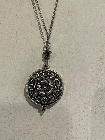 Zad locket pendant with a flower design