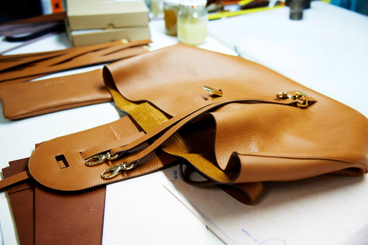 Go behind the scene to unveil the craftsmanship of the Thela tote