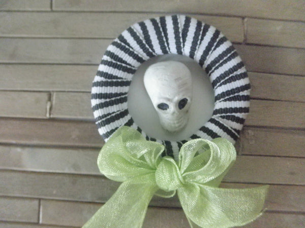 Miniature Halloween wreath - Skull with green bow