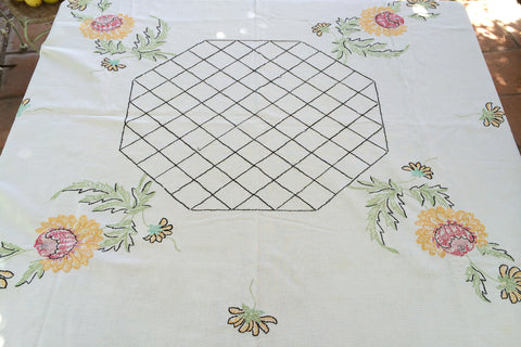 white tablecloth w/ sunflowers and black lattice