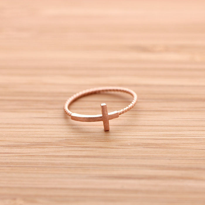 SIDEWAYS CROSS ring with twisted band, in pinkgold - girlsluv.it