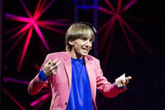 Neil-Harbisson-Listen-audicus-hearing