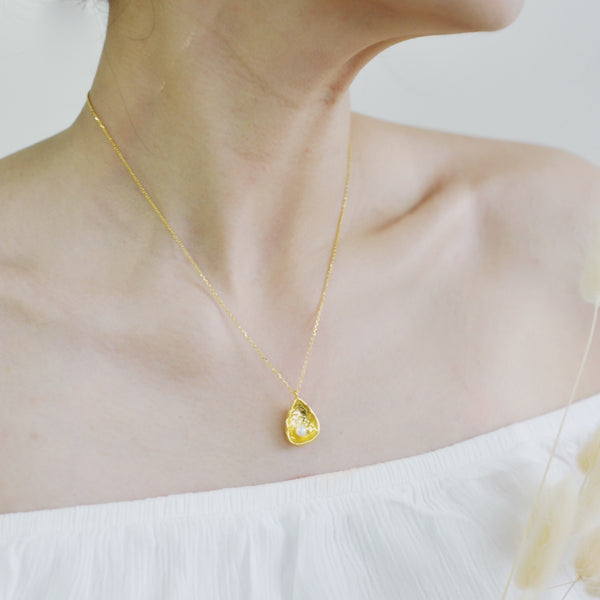 Half Shell with Single Faux Pearl Necklace
