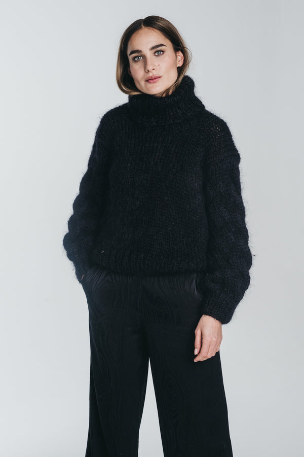 KAARNA handknitted turtleneck in black