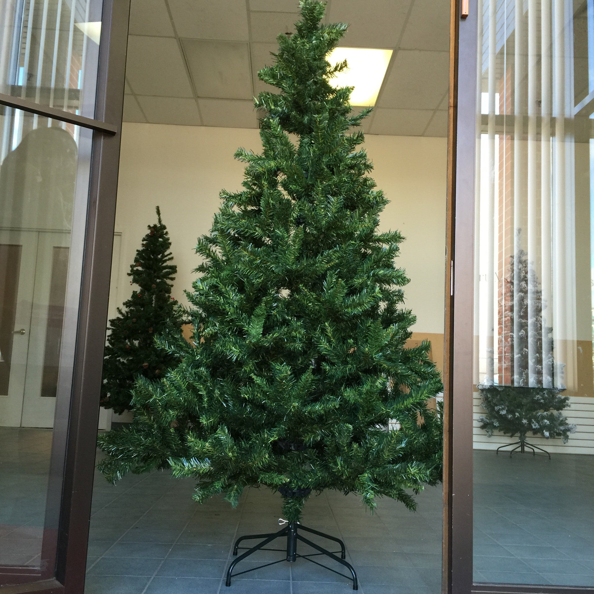 NEW, 7 FT Artificial Hinged Christmas Tree & a Metal Base ...