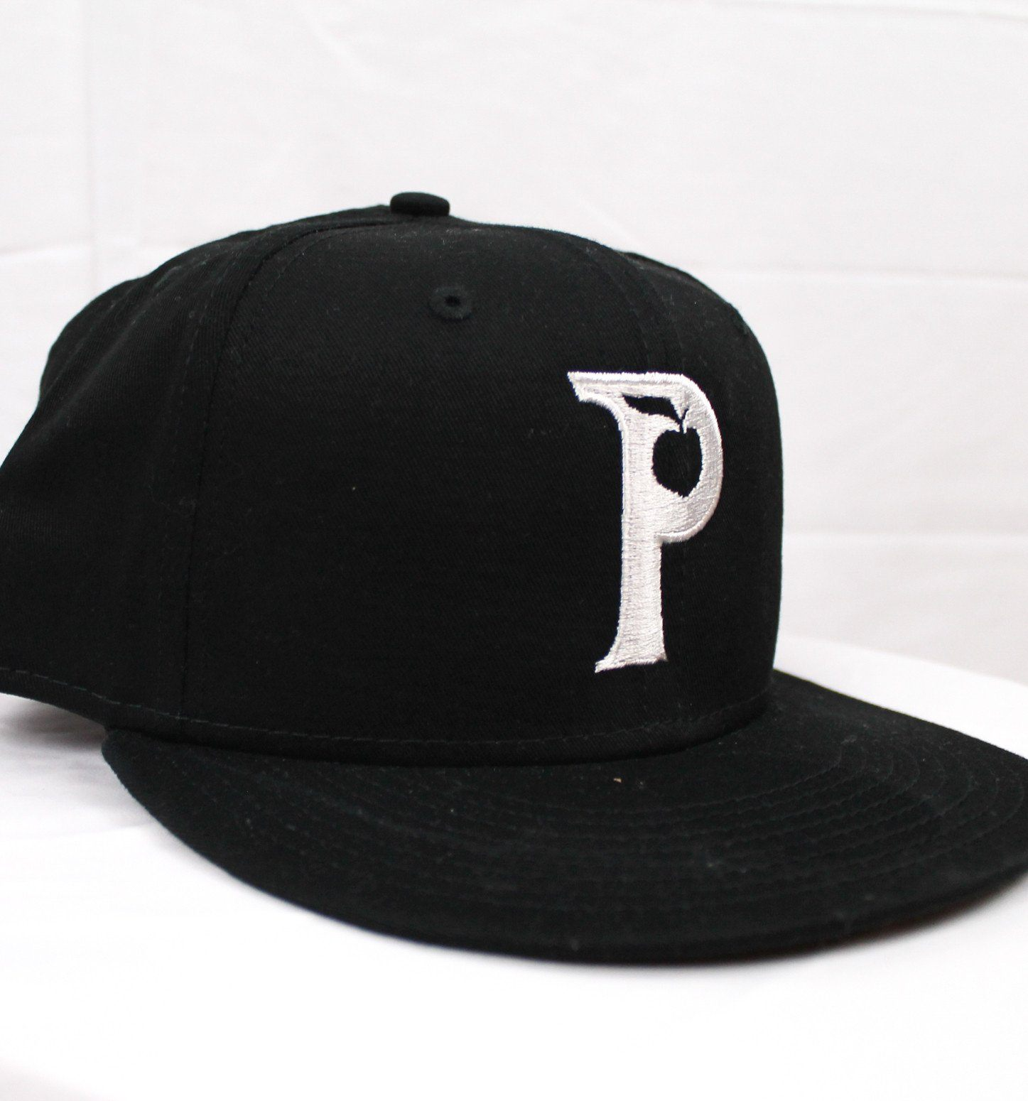 products/1450X1550Snapback_Black_White5.jpg