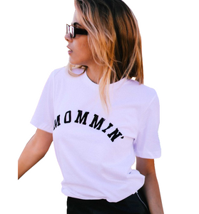 Mommin'  White + Black Tee - Hudson Square Boutique LLC