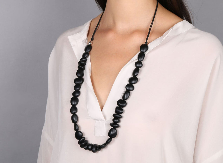 Classic Resin Earth Half Necklace - Black