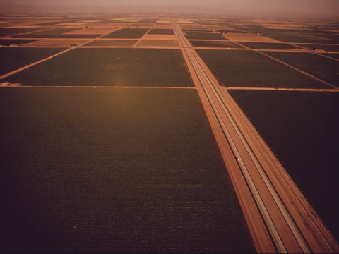 IMPERIAL VALLEY. INTERSTATE HIGHWAY (I-8) SLICES THROUGH GREEN CROPLANDS  - 549098
