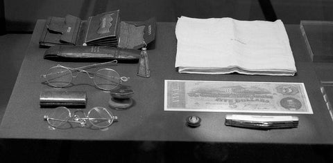 [Contents of Abraham Lincoln's pockets on the night of his assassination on exhibit at the Abraham Lincoln Bicentennial Exhibit. Library of Congress Thomas Jefferson Building Washington D.C.]