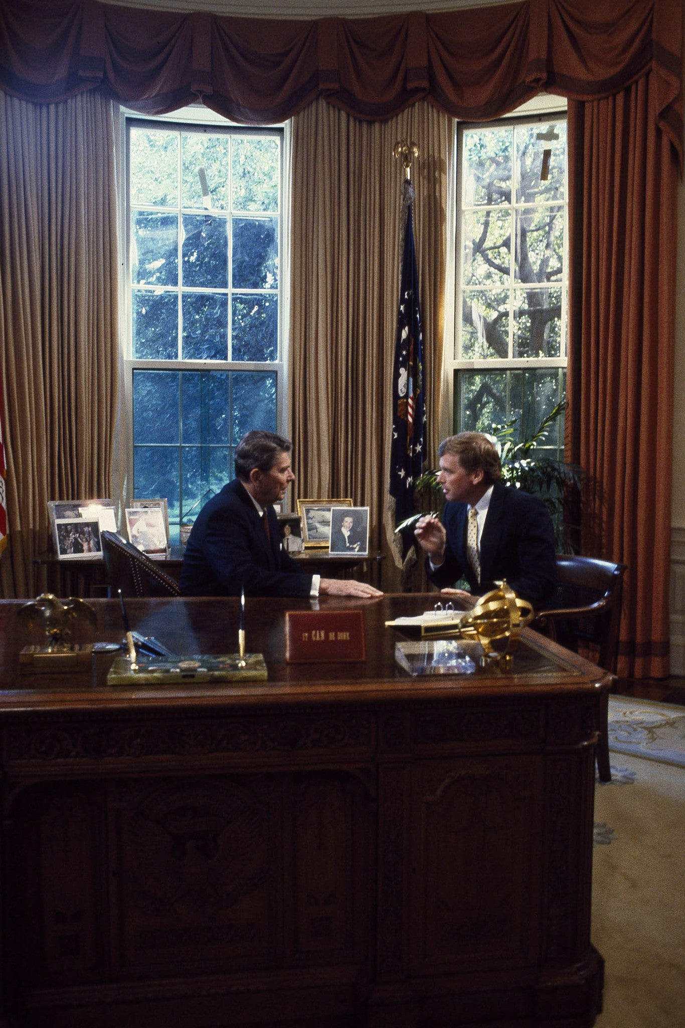 white house oval office desk. President Ronald Reagan Talks To Senator Dan Quayle At His Desk In The Oval Office Of White House Washington D.C.