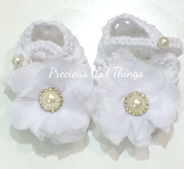 Newborn to one year white crochet flower booties. Shoes07