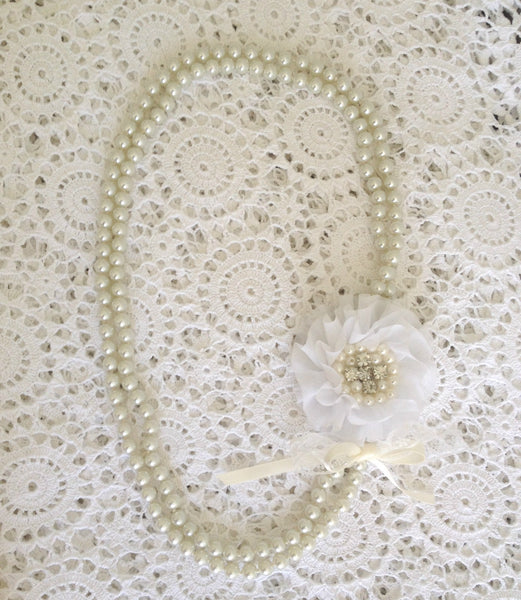 Vintage pearl and white flower necklace. Neck03