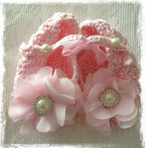 Newborn to one year pink crochet flower booties. Shoes06