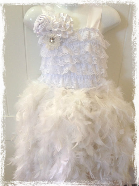 VINTAGE BABY TO GIRL LACE FEATHER WHITE DRESS. TUFW69