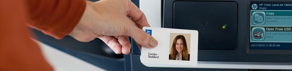 Woman using ID card to print in office | HP Secure Pull Printing