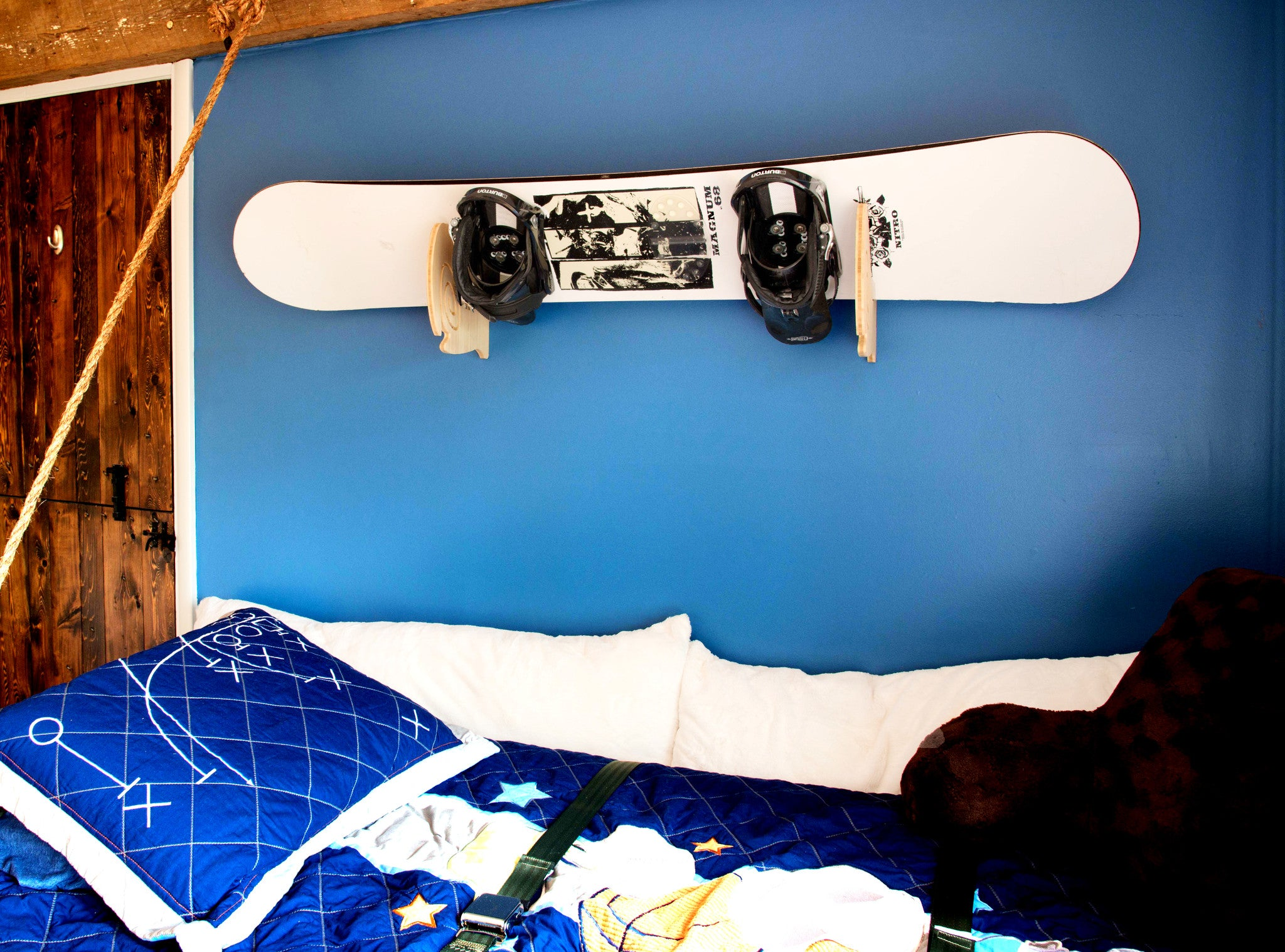 wall mount snowboard display