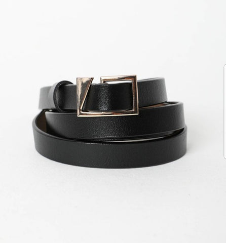 Skinny leather belt in black