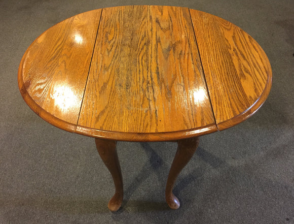 9174 - H - Oval Oak Table - 32 1/2 x 28 x 25 1/4 - Folding Leafs (32 1/2 down to 14) - Solid - GC