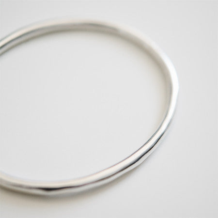 SLEEK OVAL BANGLE silver