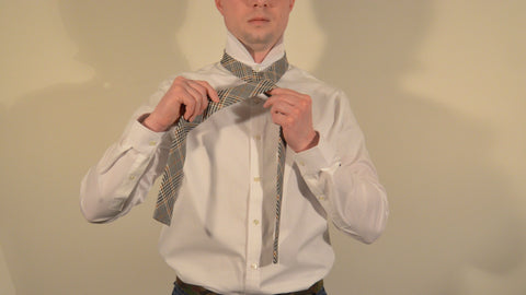 how to tie a tie step 1