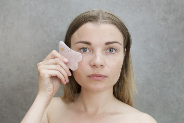 Er det sikkert at lave gua sha massage over filler og Botox? | Calmlish