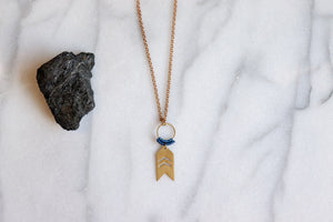 Small arrow necklace in blue