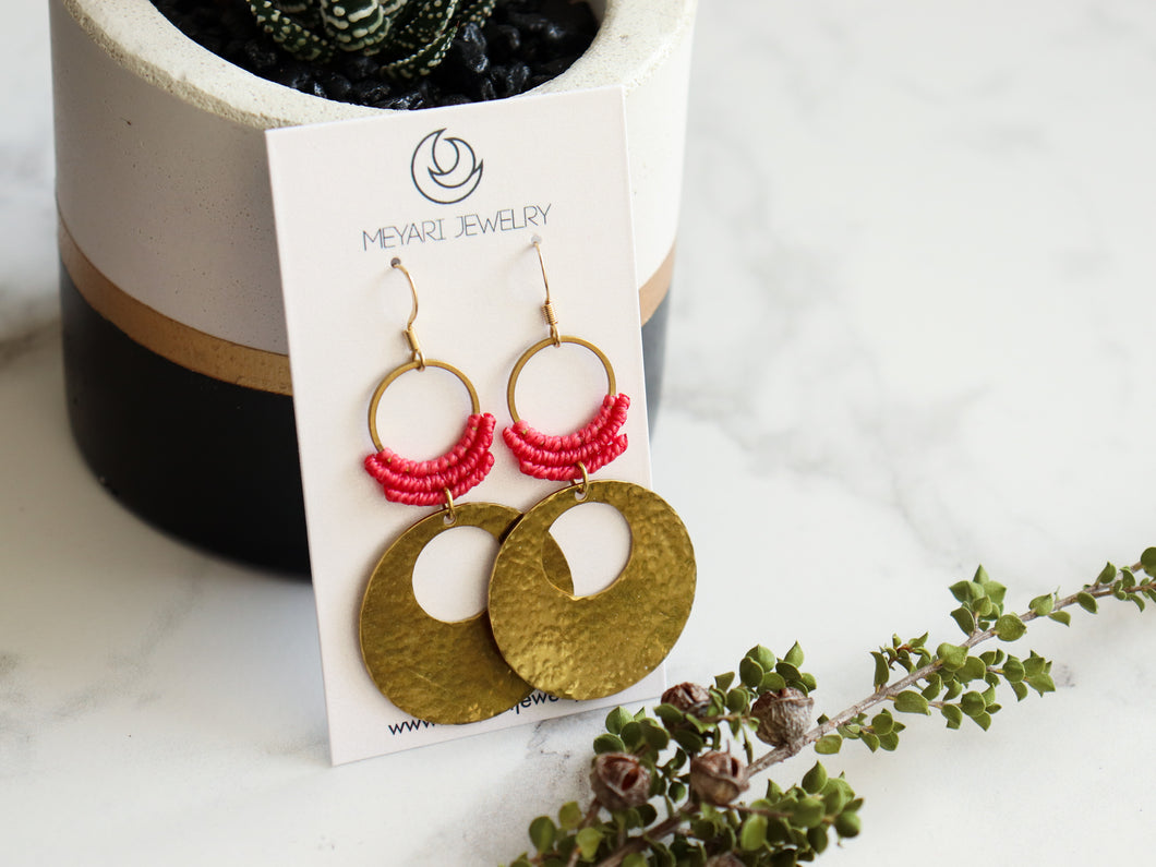 Hammered circle Style drop macrame earrings in pink and golden color Made with knotted waxed polyester and brass.