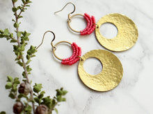 Load image into Gallery viewer, Sideview of Hammered circle Style drop macrame earrings in pink and golden color Made with knotted waxed polyester and brass.