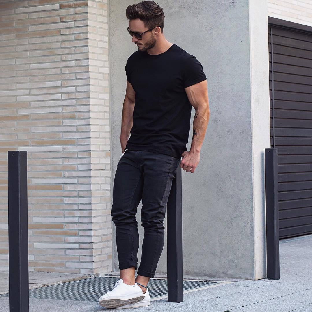 Black crew neck t-shirt street style for men