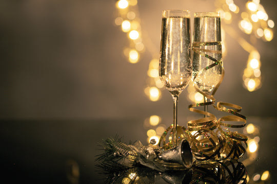 2 glasses of champagne with festive decorations, an essential for Christmas party planning!