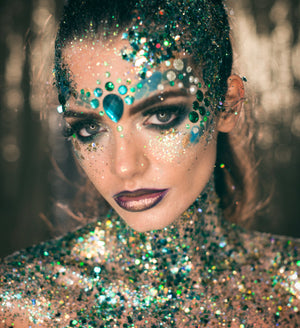 Emma Mcivey wearing green and blue glitter pot combined with dark shimmery lips
